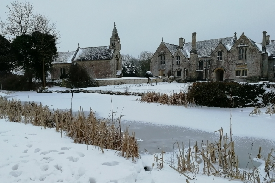 snow, wiltshire, manor house, Great Chalfield, rambling